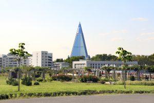 spokhotellet nordkorea 300x201 - NORTH KOREA, PYONGYANG - SEPTEMBER 14, 2017: City garden and res